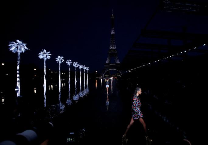 Dàn người mẫu lướt trên nước dưới chân tháp Eiffel - Ảnh 1.