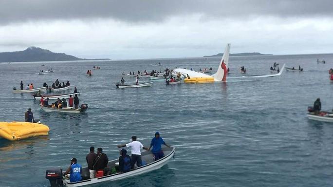 Máy bay rơi xuống biển, tàu cao tốc ùa ra cứu toàn bộ khách - Ảnh 3.