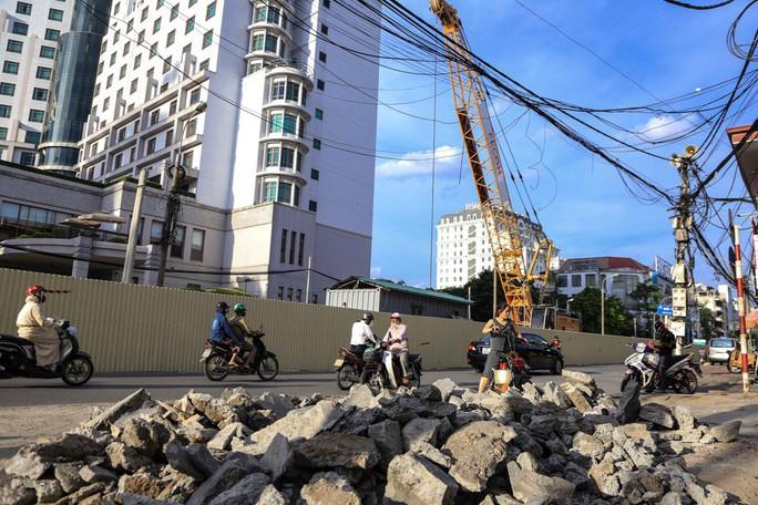 Rùng mình đi qua những công trình xây dựng khắp Hà Nội - Ảnh 11.
