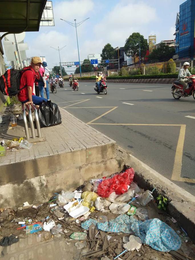 TP HCM: Trạm xe buýt như...  bãi rác! - Ảnh 1.