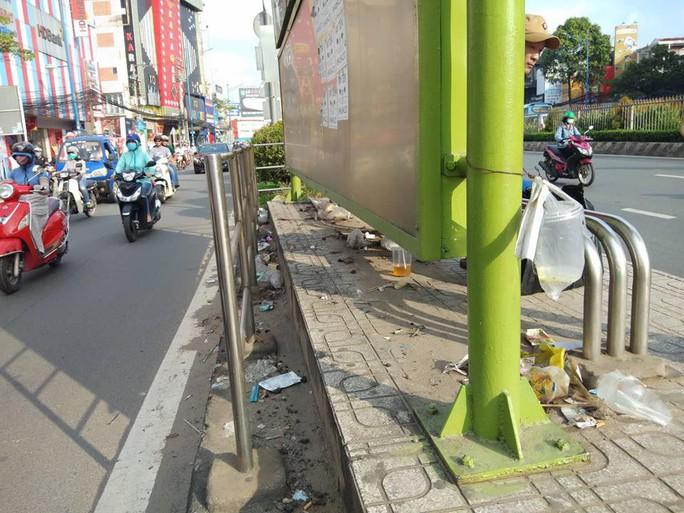 TP HCM: Trạm xe buýt như...  bãi rác! - Ảnh 2.