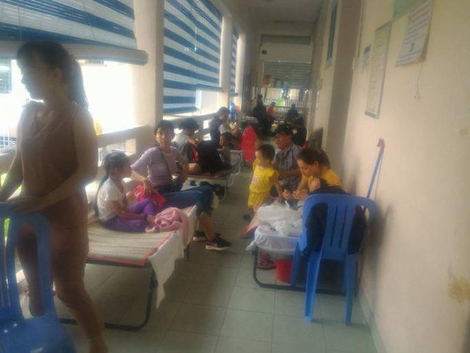 Hàng trăm trẻ nhập viện vì bệnh tay chân miệng - Ảnh 10.