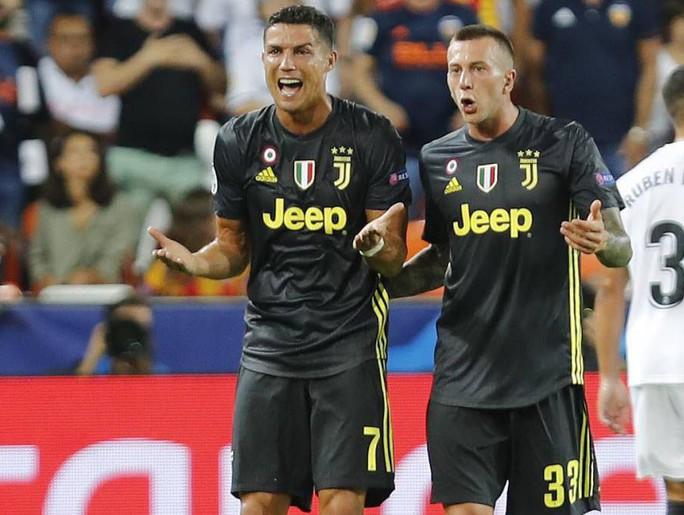 Ronaldo mua máy tính tặng đồng đội Juventus vì... nhận thẻ đỏ - Ảnh 1.
