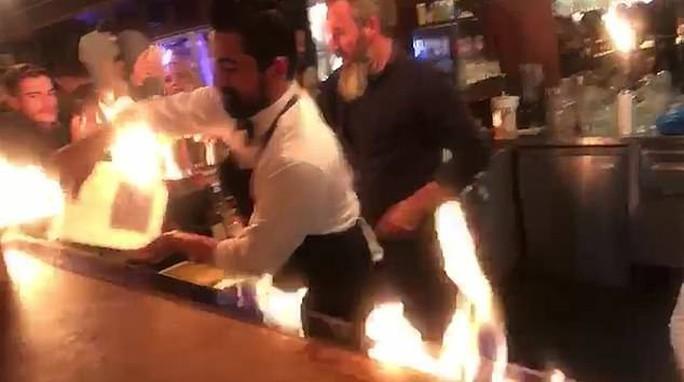Nhà hàng biểu diễn quá tay, lửa táp thực khách bỏng nặng - Ảnh 2.
