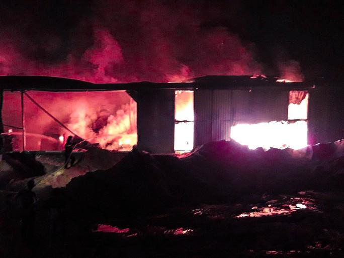 Bình Dương: Khói lửa ngút trời trong đêm ở khu dân cư - Ảnh 1.