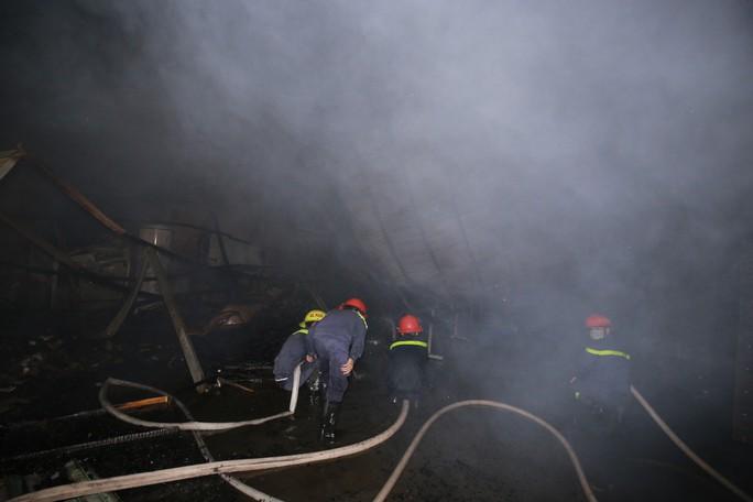 Bình Dương: Khói lửa ngút trời trong đêm ở khu dân cư - Ảnh 2.