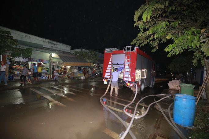 Bình Dương: Khói lửa ngút trời trong đêm ở khu dân cư - Ảnh 3.