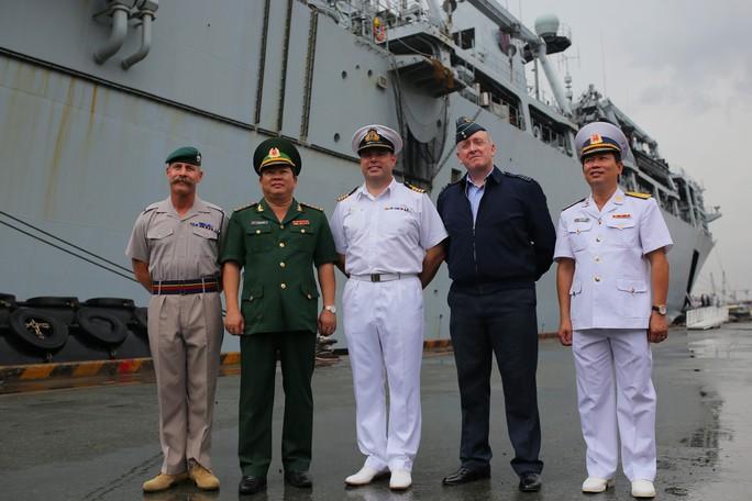 Ngắm tàu đổ bộ HMS Albion của Hải quân Anh đang thăm TP HCM - Ảnh 11.