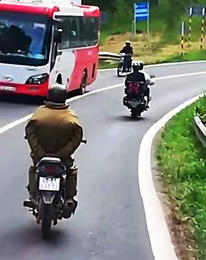 Thót tim cảnh người đi xe máy làm xiếc thả tay xuống đèo  - Ảnh 2.