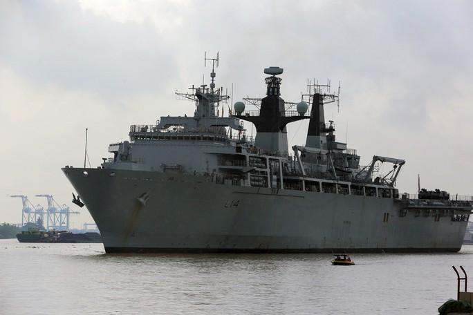 Ngắm tàu đổ bộ HMS Albion của Hải quân Anh đang thăm TP HCM - Ảnh 2.