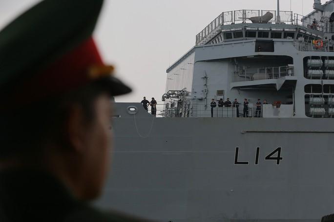 Ngắm tàu đổ bộ HMS Albion của Hải quân Anh đang thăm TP HCM - Ảnh 6.