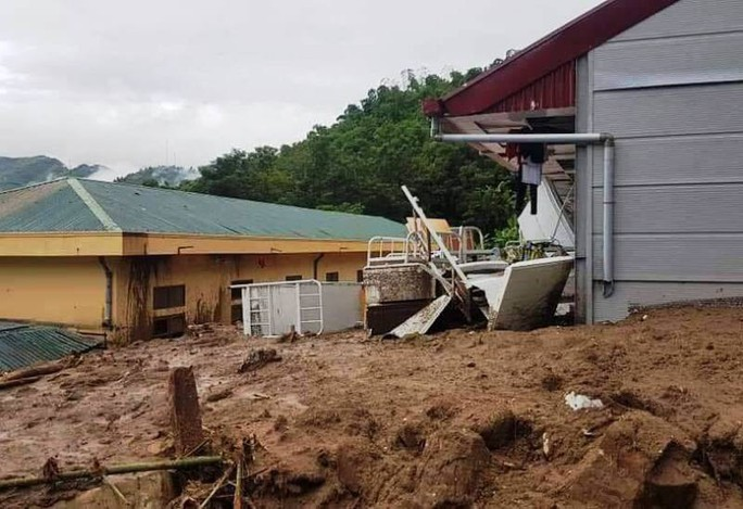 Bộ đội, công an lội bùn, lội suối giúp dân khắc phục mưa lũ - Ảnh 2.