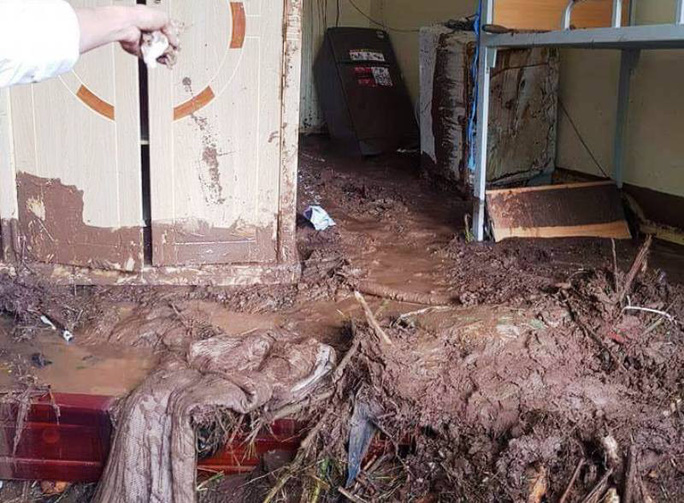 Kinh hoàng bùn đất ngập tận nóc lớp học - Ảnh 3.
