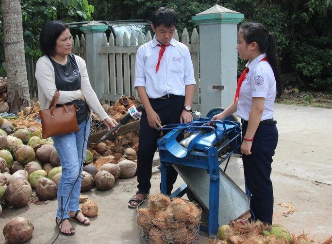 Máy bóc vỏ dừa 2 triệu đồng của hai học sinh lớp 8 - Ảnh 1.