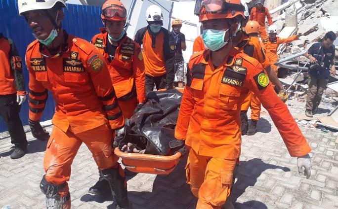 Sóng thần Indonesia: Những tiếng gào thét phát ra từ đống đổ nát - Ảnh 1.