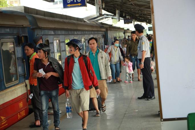 Hôm nay (30-9), hành khách có thể nhắn tin mua vé tàu Tết Kỷ Hợi 2019 - Ảnh 1.