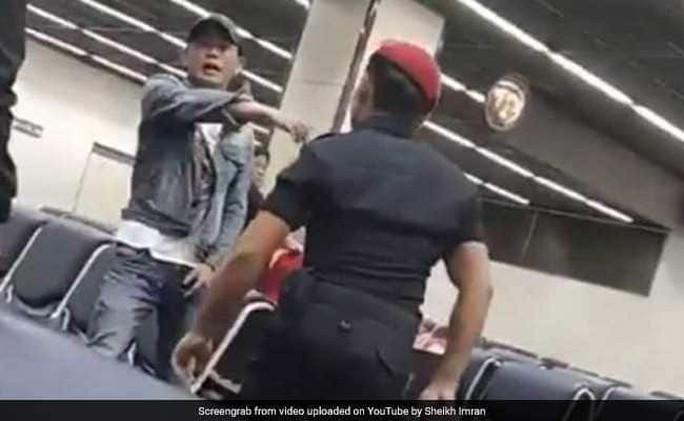 Khách Trung Quốc bị nhân viên an ninh sân bay Thái Lan đánh - Ảnh 1.