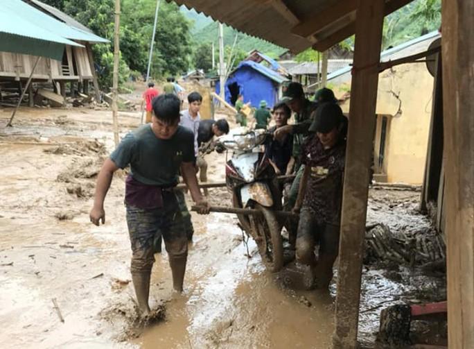 Bộ đội, công an lội bùn, lội suối giúp dân khắc phục mưa lũ - Ảnh 10.