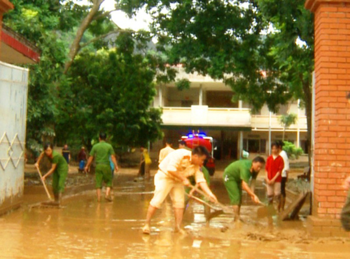 Bộ đội, công an lội bùn, lội suối giúp dân khắc phục mưa lũ - Ảnh 17.