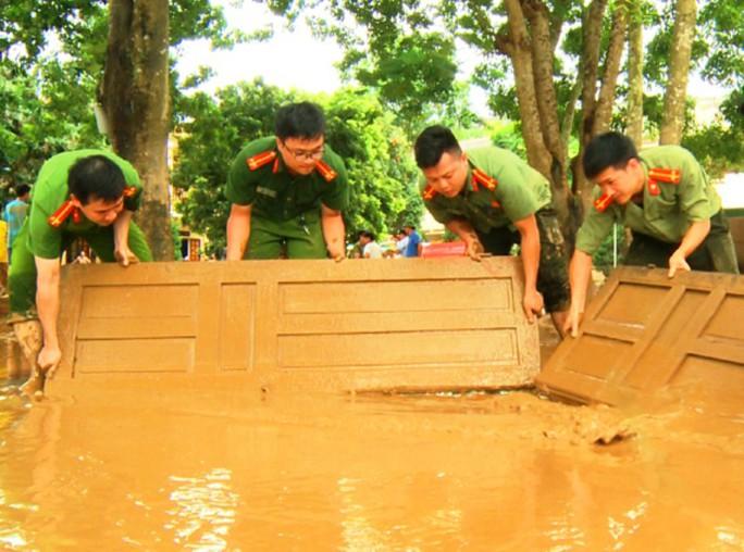 Bộ đội, công an lội bùn, lội suối giúp dân khắc phục mưa lũ - Ảnh 16.