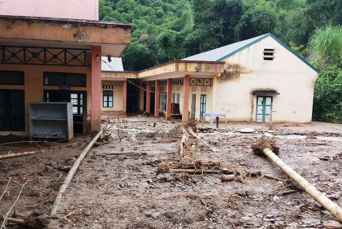 Trường lớp tan hoang, ngập bùn đất trước ngày khai giảng - Ảnh 1.