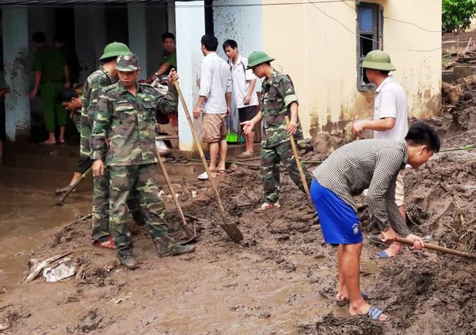 Bộ đội, công an lội bùn, lội suối giúp dân khắc phục mưa lũ - Ảnh 13.