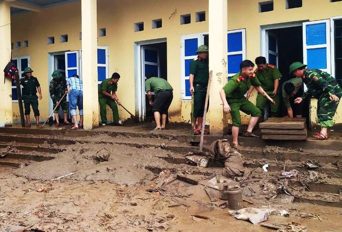 Bộ đội, công an lội bùn, lội suối giúp dân khắc phục mưa lũ - Ảnh 12.