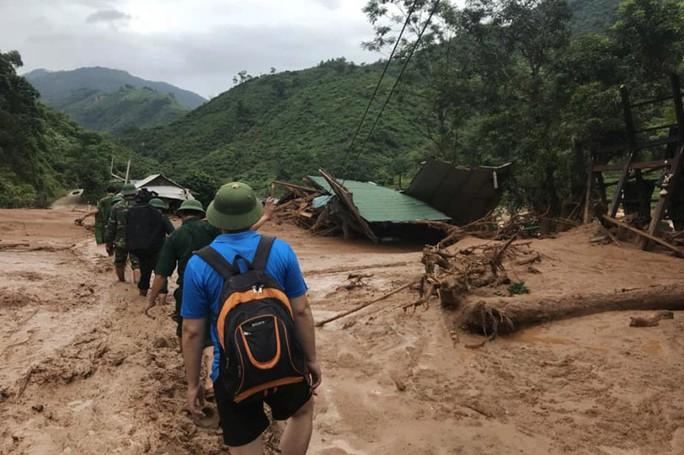Bộ đội, công an lội bùn, lội suối giúp dân khắc phục mưa lũ - Ảnh 9.