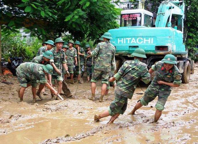 Bộ đội, công an lội bùn, lội suối giúp dân khắc phục mưa lũ - Ảnh 8.
