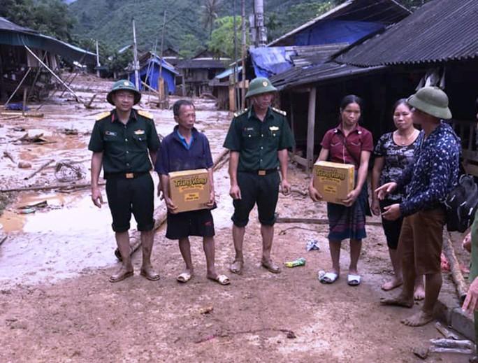 Bộ đội, công an lội bùn, lội suối giúp dân khắc phục mưa lũ - Ảnh 11.