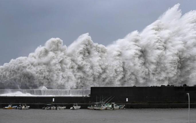 """Bão mạnh nhất 25 năm đổ bộ, Nhật Bản """"nín thở""""  - Ảnh 1."""