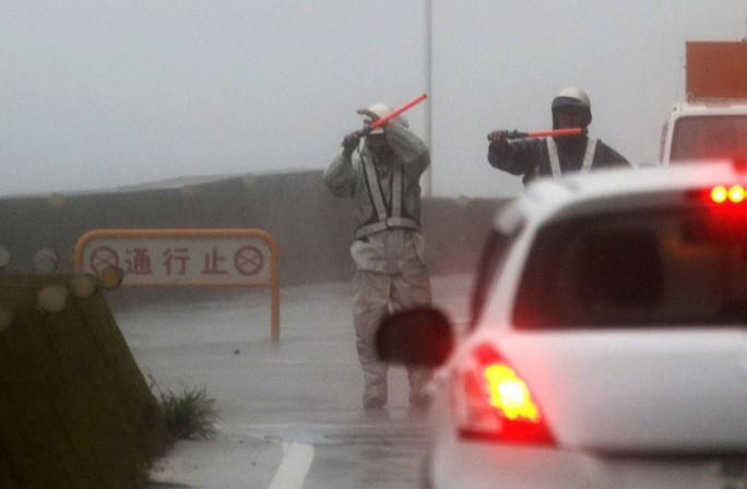 """Bão mạnh nhất 25 năm đổ bộ, Nhật Bản """"nín thở""""  - Ảnh 6."""