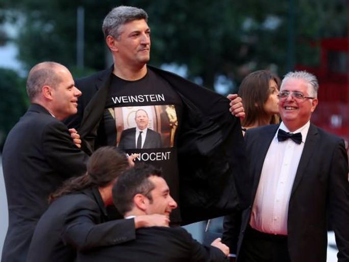Đạo diễn Ý gây sốc khi mặc áo ủng hộ ông trùm bê bối tình dục - Ảnh 4.