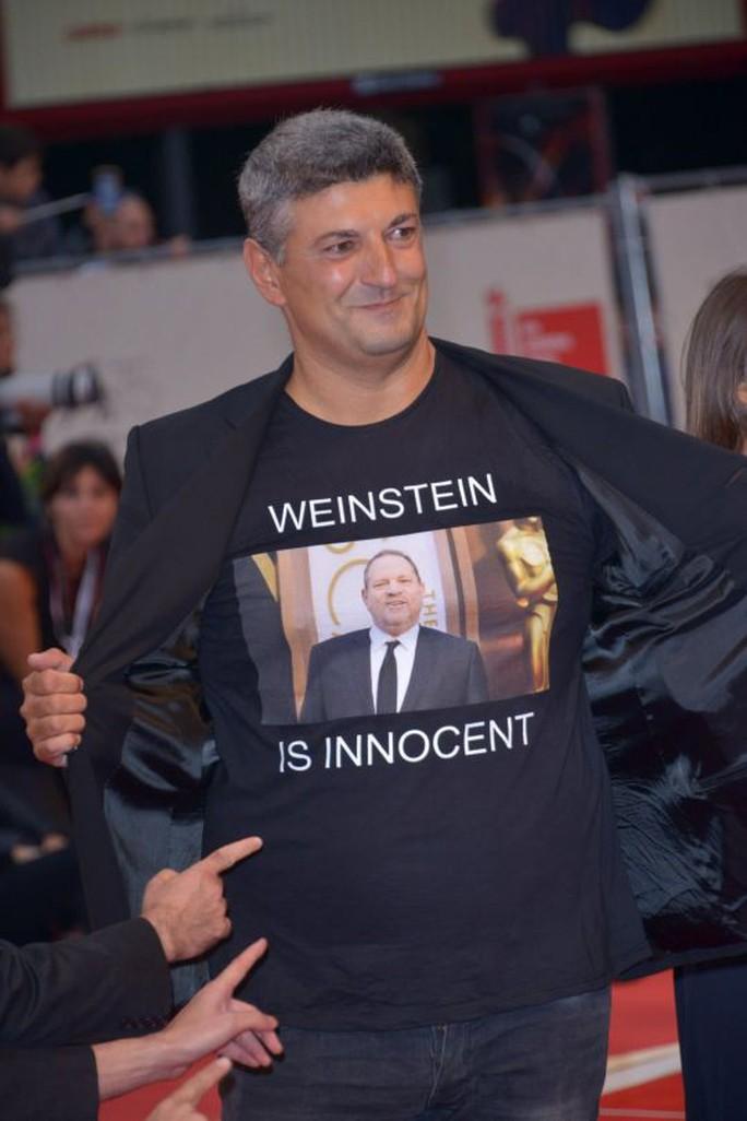 Đạo diễn Ý gây sốc khi mặc áo ủng hộ ông trùm bê bối tình dục - Ảnh 3.