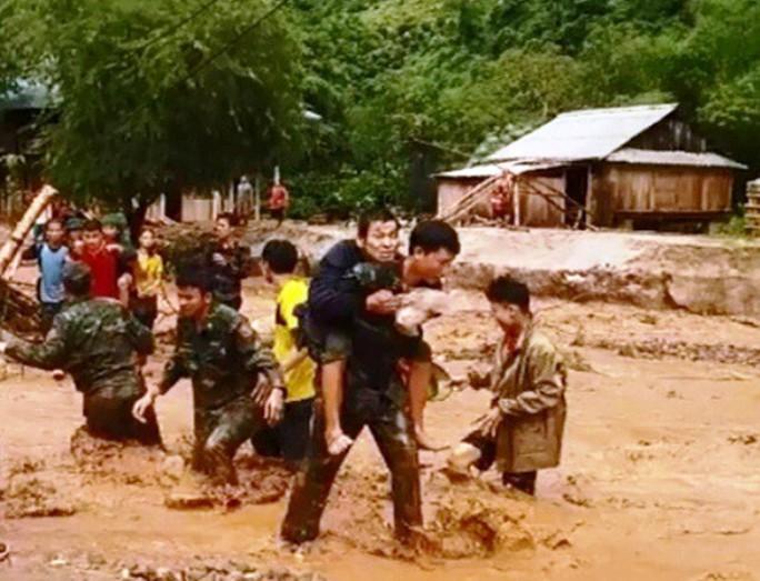 Bộ đội, công an lội bùn, lội suối giúp dân khắc phục mưa lũ - Ảnh 15.
