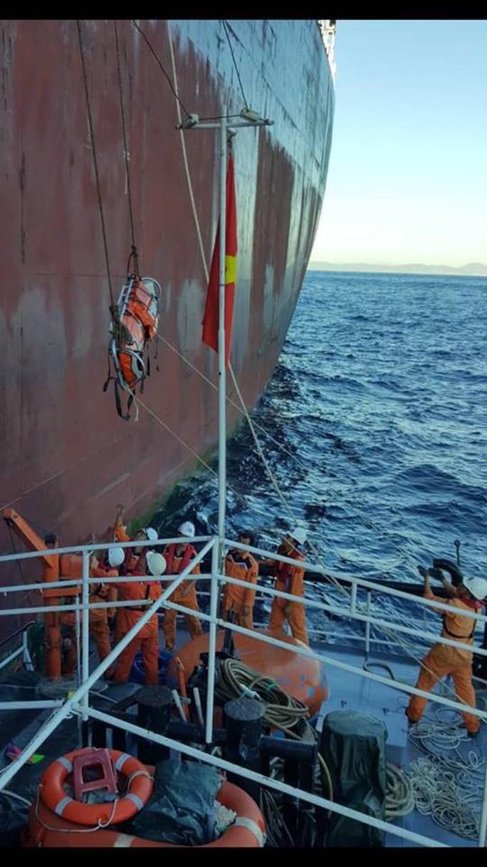 Khẩn cấp đưa tàu ra khơi cứu nạn thủy thủ Trung Quốc trong đêm - Ảnh 1.