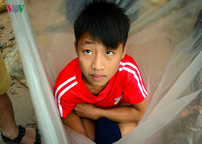 Học sinh chui túi nilon băng suối đến trường ngày khai giảng - Ảnh 2.