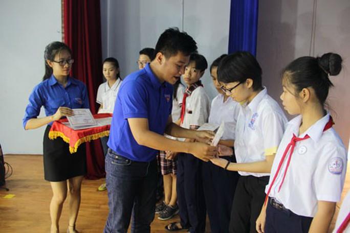 Hỗ trợ học sinh nghèo đến trường - Ảnh 1.