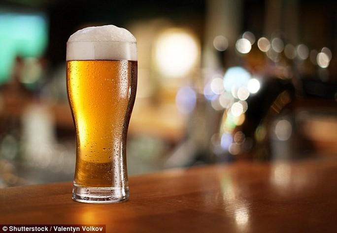 Uống bia không chịu phá mồi, người đàn ông hỏng tim sau 1 tháng - Ảnh 1.