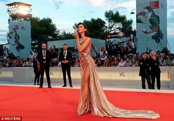 Nhiều người đẹp mặc hở táo bạo trên thảm đỏ - Ảnh 2.