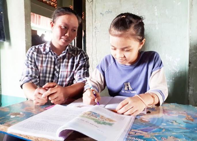 Trao học bổng Chắp cánh ước mơ: Tiếp sức con công nhân vệ sinh đến trường - Ảnh 2.