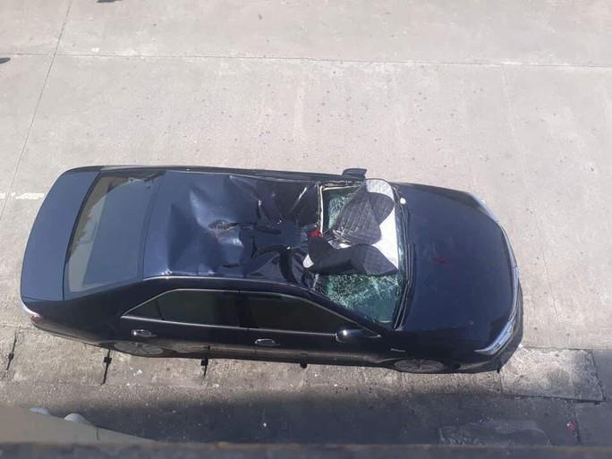 Nam bệnh nhân rơi từ lầu 10 trong bệnh viện xuống nóc ô tô - Ảnh 1.
