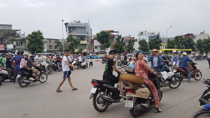 Hà Nội: Người dân nhà cao tầng chạy xuống đường vì động đất - Ảnh 1.
