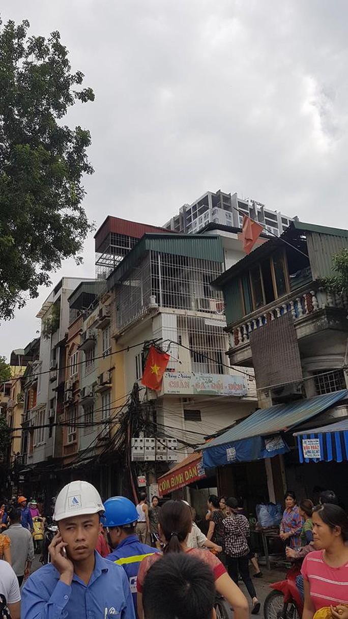 Hà Nội: Người dân nhà cao tầng chạy xuống đường vì động đất - Ảnh 4.