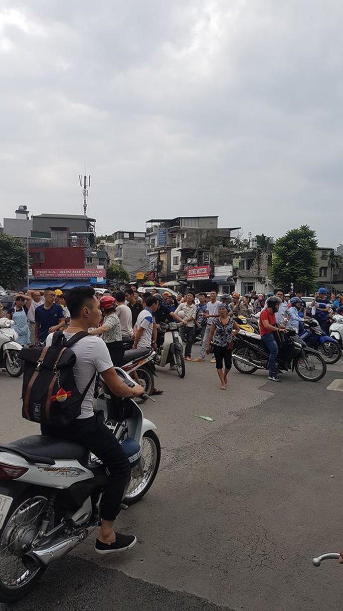 Hà Nội: Người dân nhà cao tầng chạy xuống đường vì động đất - Ảnh 5.