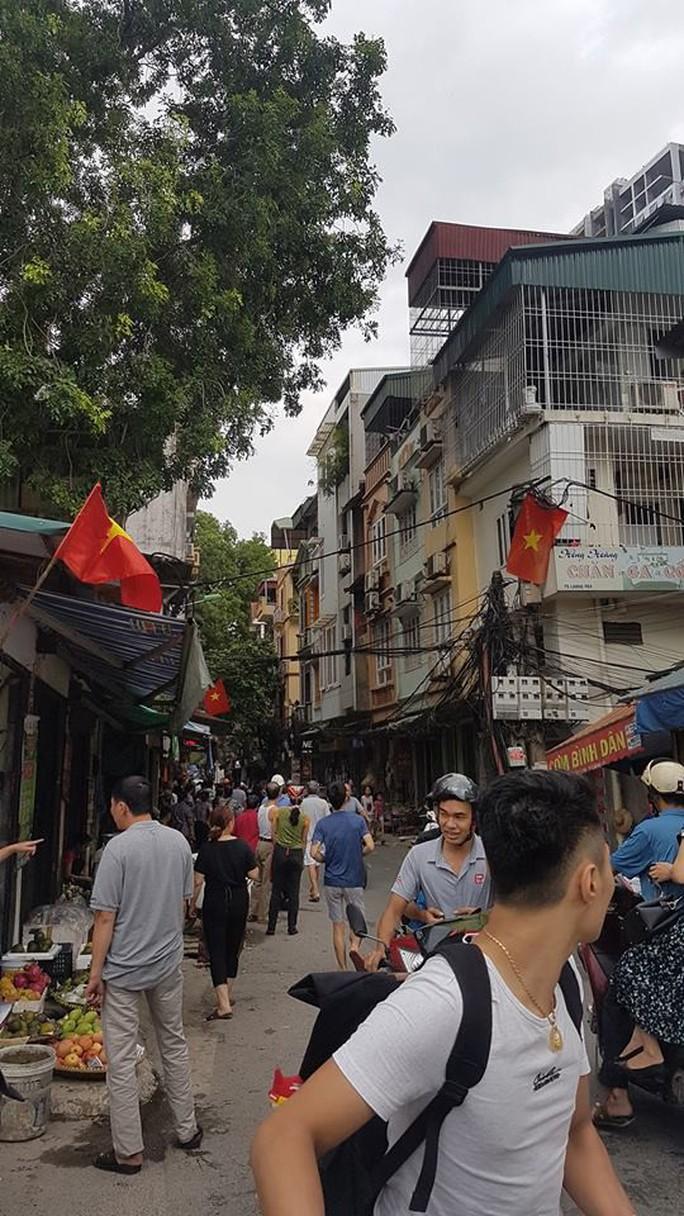 Hà Nội: Người dân nhà cao tầng chạy xuống đường vì động đất - Ảnh 6.