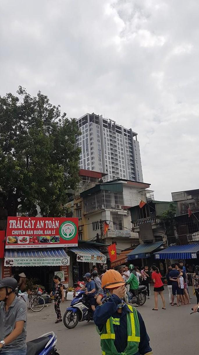 Hà Nội: Người dân nhà cao tầng chạy xuống đường vì động đất - Ảnh 7.
