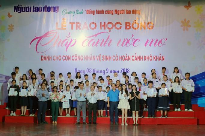 Những giọt nước mắt ở lễ trao học bổng Chắp cánh ước mơ - Ảnh 2.