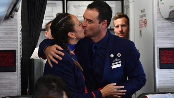 """Giáo hoàng Francis chủ trì hôn lễ """"lịch sử"""" trên máy bay - Ảnh 1."""