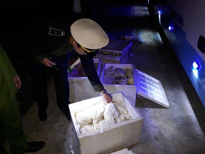 Xe khách giường nằm chở hơn 200 kg thực phẩm bốc mùi vào Đà Nẵng - Ảnh 2.